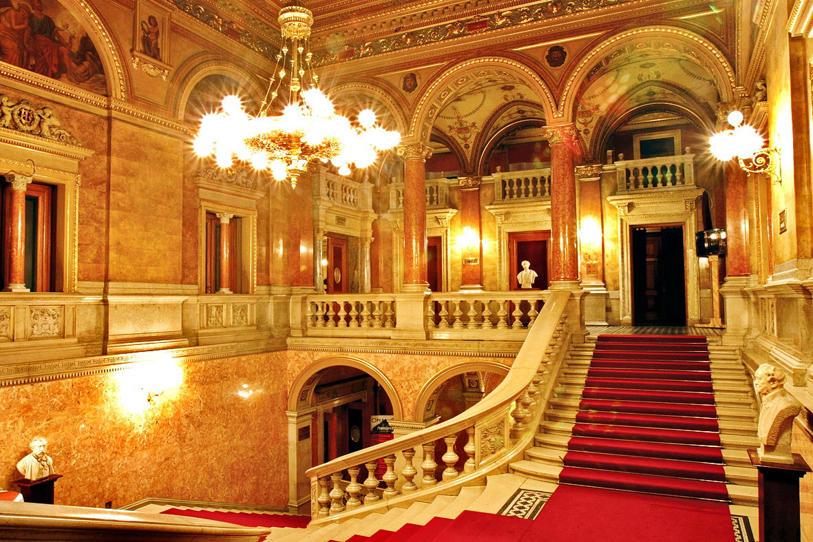 ハンガリー国立オペラ座でミニコ...